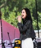 Chant avec un microphone photos libres de droits