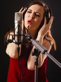 Chant d'enregistrement dans le studio Images stock