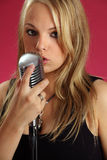 Chant dans le microphone de cru Photographie stock libre de droits