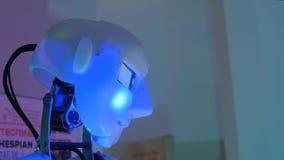 Chant drôle de robot de humanoïde et tête mobile banque de vidéos