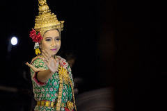 CHANTABURI,泰国- 2014年12月28日:与传统泰国样式的一个未认出的女性舞蹈 免版税库存图片