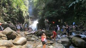 Chantaburi Tailândia - 16 de outubro de 2017: grande número de atração turística ao parque nacional da cachoeira do philu filme