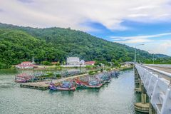 Chantaburi Thailand - Maj 28, 2018 Fiskebåtar grupperar på Lamsi Arkivfoton