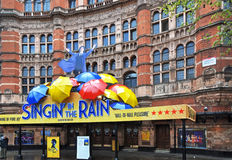 Chantant dans l'exposition de pluie - West End, Londres Photos stock