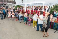 Chantant et dansant aux jeux de Nestinar dans le village de Bulgari, Bulgarie Images libres de droits