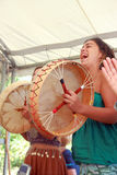 Chantant et jouant des tambours Photo stock