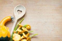 Chanterelle sur le fond d'automne d'abrégé sur nourriture de planche à découper Photographie stock libre de droits
