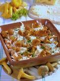 Chanterelles d'or frites appétissantes Photo libre de droits