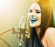 Chanteur émotif Jeune femme 15 Image libre de droits