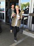 Chanteur Ashlee Simpson avec l'ami à l'airpor de LAX Images stock