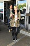 Chanteur Aslee Simpson avec l'ami chez LAX Photographie stock