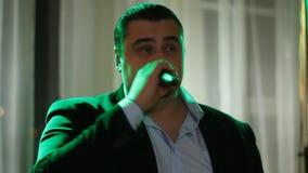 Chanteur au travail banque de vidéos