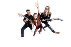Chanteur avec le microphone et les musiciens avec les guitares électriques d'isolement sur le blanc Image libre de droits