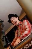 Chanteur avec le synthétiseur et le microphone Photo stock