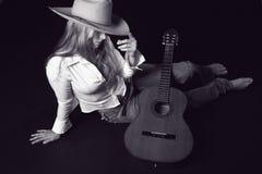 Chanteur avec un chapeau et une guitare cowoy Photographie stock libre de droits