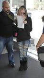 Chanteur Avril Lavigne à l'aéroport de LAX Images stock