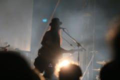 Chanteur brouillé dans le concert de nuit Photo stock