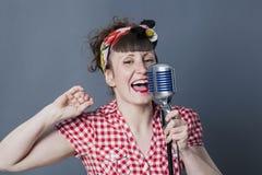 Chanteur d'années '50 dans le studio pour l'artiste du spectacle 30s féminin Images stock