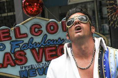 Chanteur d'artiste de rue Elvis Presley de exécution sur la rue Image libre de droits