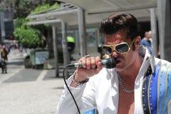 Chanteur d'artiste de rue Elvis Presley de exécution sur la rue Photo stock