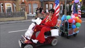 Chanteur d'Elvis Presley exécutant dans le carnaval de rue clips vidéos