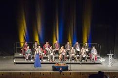 Chanteur d'opéra à l'obtention du diplôme avec le corps enseignant Photographie stock
