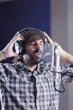 Chanteur dans une salle d'enregistrement photos stock
