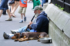 Chanteur de clarinette sur les rues de Paris Photo stock