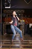 chanteur de vedette de pop avec le microphone Image libre de droits