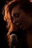Chanteur devant un microphone de vieux-mode Photographie stock libre de droits