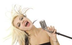 Chanteur et microphone d'oscillation la plupart du temps sur le blanc Photos stock