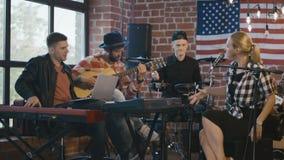Chanteur et musiciens de Coworking clips vidéos