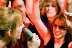 Chanteur exécutant devant la foule Photographie stock libre de droits