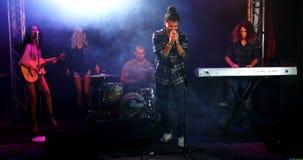 Chanteur exécutant sur l'étape à un concert 4k clips vidéos
