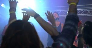 Chanteur exécutant sur l'étape 4k banque de vidéos