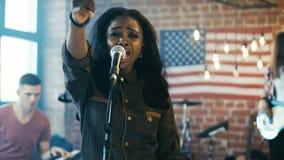 Chanteur expressif avec la bande sur l'étape banque de vidéos