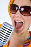 Chanteur génial de femme avec le microphone Photographie stock