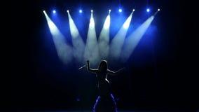 Chanteur luxueux dans la longue robe exécutant sur l'étape banque de vidéos