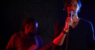 Chanteur masculin chantant dans un microphone 4k clips vidéos