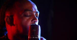 Chanteur masculin chantant dans un microphone 4k banque de vidéos