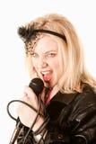 Chanteur ou comédien assez jeune avec le microphone photo libre de droits