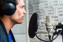 Chanteur ou musicien masculin pour enregistrer dans le studio Photos libres de droits