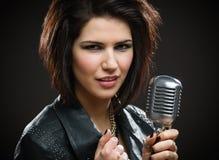Chanteur Rock féminin avec la MIC Photo libre de droits
