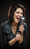 Chanteur Rock féminin gardant le microphone Photographie stock libre de droits