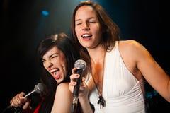 Chanteurs féminins exécutant un duet Photographie stock libre de droits