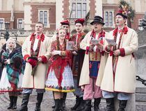 Chanteurs polonais dans la vieille ville Cracovie célébrant l'épiphanie ou trois Photo libre de droits