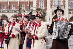Chanteurs polonais dans la vieille ville Cracovie célébrant l'épiphanie ou trois Images libres de droits