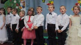 Chantez les chansons dans le jardin d'enfants banque de vidéos