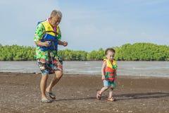CHANTHABURI, THAILAND: 15 APRIL, 2019 Niet geïdentificeerde Toeristenreis te ontspannen op het tombolodeel van het overzees op 15 stock foto's
