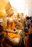 Chanthaburi Thailand - MAJ 11: Thailändskt buddistiskt folk som gör cov Arkivbilder